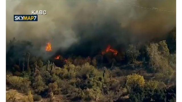 Fast-moving brush fire threatens homes in Riverside
