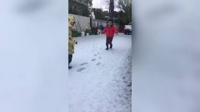 Little_kids_play_in_the_hail_in_Oakland_0_20180416180335